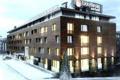 Апартхотел Лъки Банско СПА & Релакс | фасада на хотела, покрита със сняг