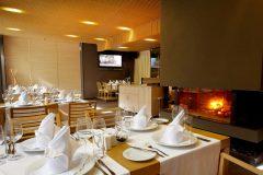 Маса и камина в ресторант Ле Бистро | Lucky Bansko