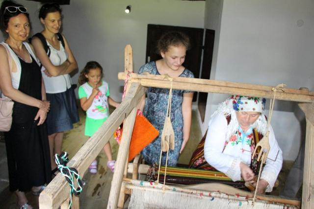 Grandma shows a traditional loom | Lucky Bansko