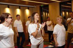 Щастливи участници в йога курсове