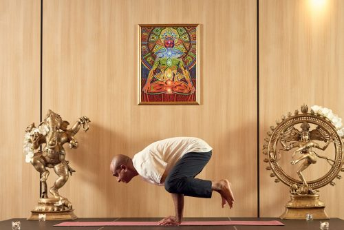 Йога поза Гарван | Lucky Bansko
