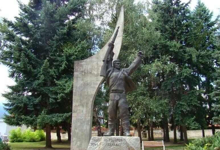 Ivan Kozarev monument| Lucky Bansko