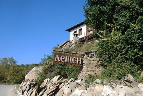 Plaque at the entrance of the village of Leshten